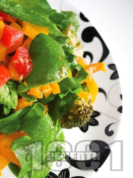 Зелена салата с домати, броколи и чушки - снимка на рецептата
